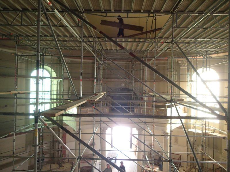 Renovierung der Kirche - Arbeiter auf Gerüsten. © Wolfgang Chalupsky