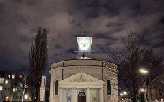 Außenansicht St. Nikolaus, abends. © Oliver Meidl