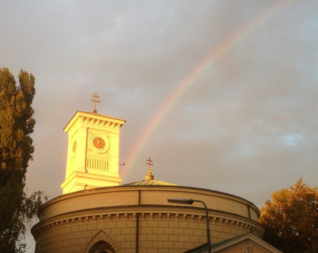 Kirchtum mit Regenbogen. © Nina Chalupsky
