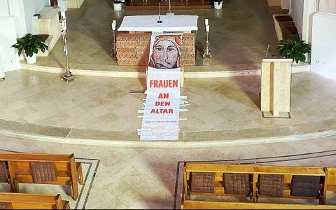 Altarraum mit Maria 2.0-Fahne. © Oliver Meidl