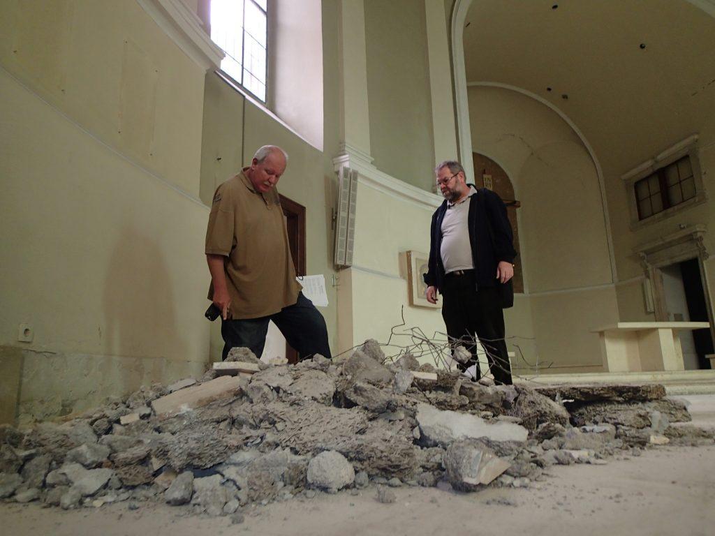 Renovierung der Kirche, Baustellenbesuch von Pfarrer Nikolaus, © Wolfgang Chalupsky
