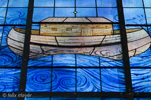 Fenster: Noahs Arche, gemalt von Anton Lehmden. Foto © Ing. Felix Mayer