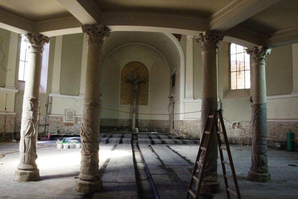 Kirche während dem ersten Schritt der Renovierung. Blick von der Tür zum eingehüllten Lettnerkreuz. © Nico Trimmel