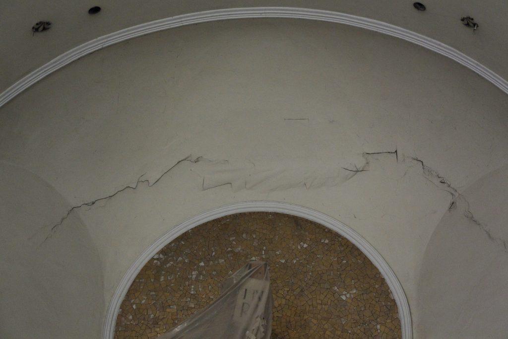 Risse in der Decke des Altarraums, vor der Renovierung. © Nico Trimmel