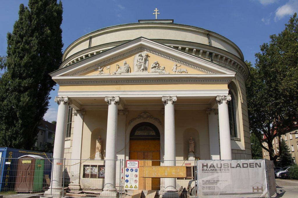 Portal und Pforte der Kirche während der ersten Phase der Renovierung. © Nico Trimmel
