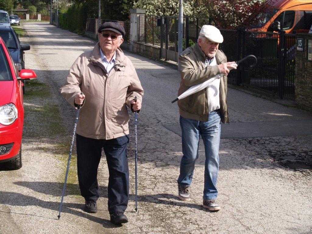 Zwei Pfarrmitglieder posieren für ein Foto bei der 3 Pfarren Wanderung. © Pfarre Neustift