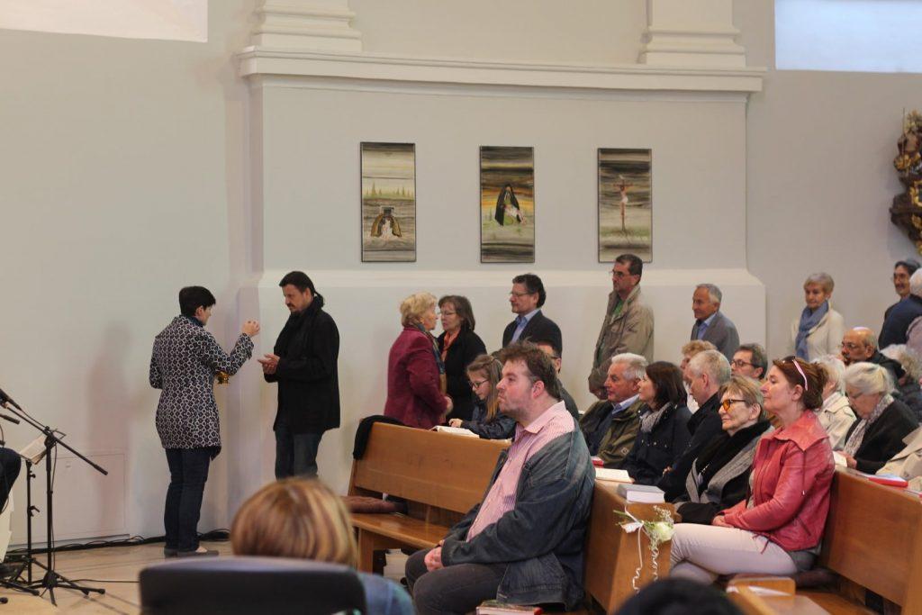 Kommunionsspendung bei der Wiedersehensmesse. © Nico Trimmel