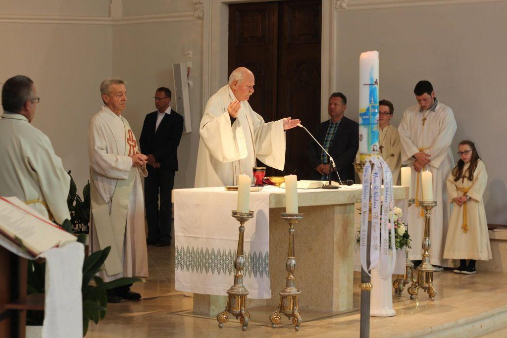 Pfarrer, Diakon und Ministrant*innen bei der Wiedersehensmesse. © Nico Trimmel
