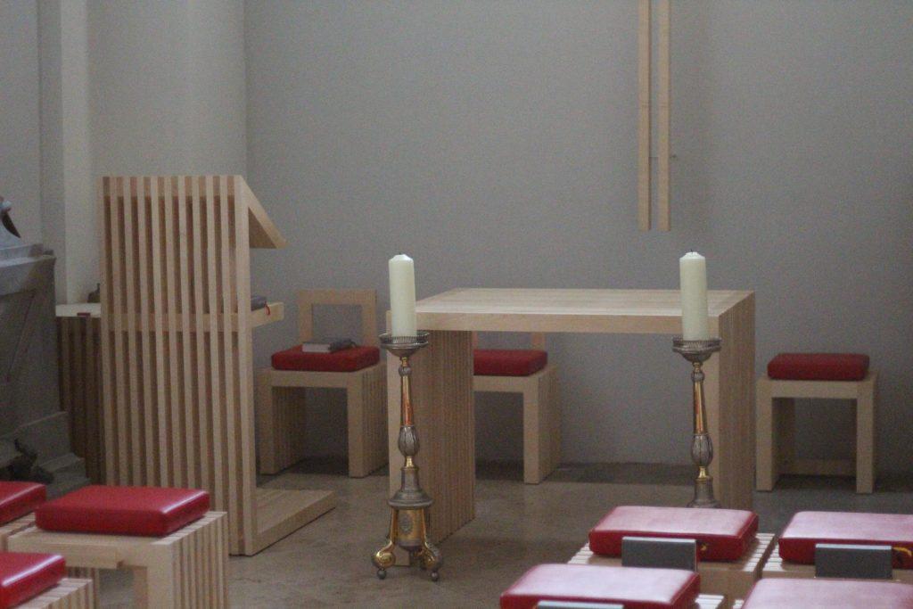 Kapelle St. Nikolaus, Altar und Ambo. © Nico Trimmel