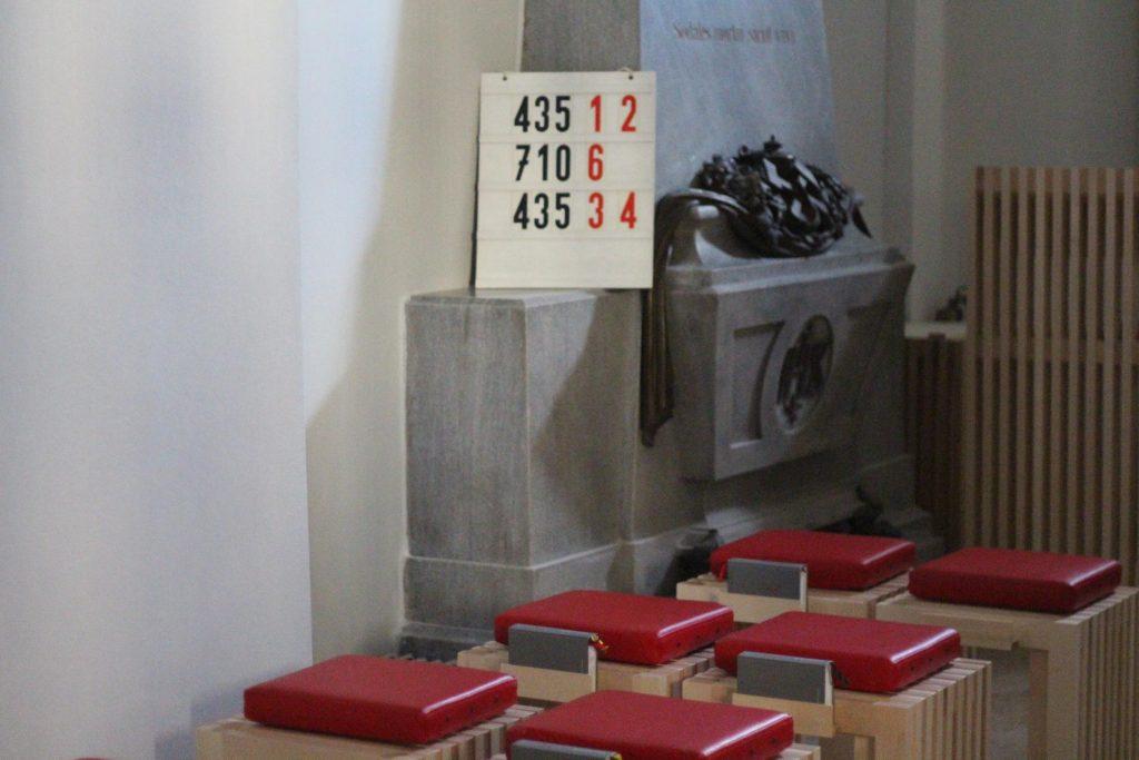 Kapelle St. Nikolaus, Sitze und Grabstein Fam. Drasche von Wartinberg/Miesbach. © Nico Trimmel
