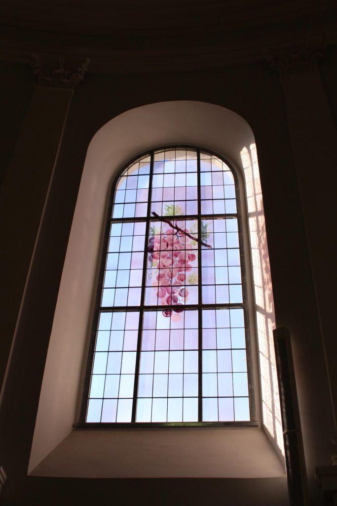 Fenster: Traube, gemalt von Anton Lehmden. Foto © Teresa Trimmel