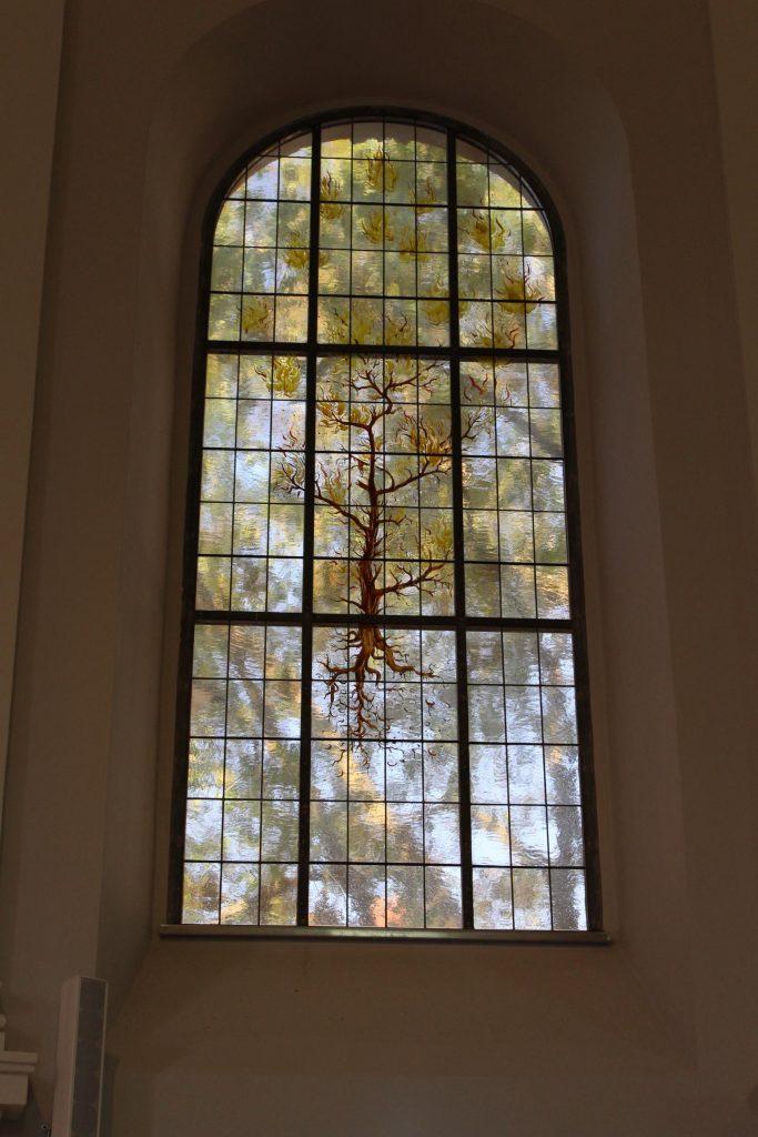 Fenster: Schilf, gemalt von Anton Lehmden. Foto © Teresa Trimmel