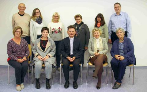 Zwölf Personen stehend und sitzend in einem Gruppenfoto. Pfarrgemeinderat 2021. © Nico Trimmel